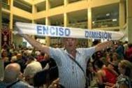 Un vecino pide la dimisión del alcalde de El Ejido, Juan Enciso, después de ser imputado.