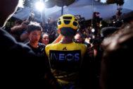 -FOTODELDÍA-EPA1276. PARIS (FRANCE).-El colombiano <HIT>Egan</HIT> <HIT>Bernal</HIT> (c), del Equipo Ineos, viste el maillot amarillo de líder del equipo mientras celebra con familiares luego de ganar la 106ª edición de la carrera ciclista del Tour de Francia después de la 21ª y última etapa en 128 km entre Rambouillet y los Campos Elíseos en París. Francia, 28 de julio de 2019. (Ciclismo, Francia)