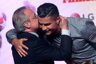 -FOTODELDIA- -OPCIÓN EDICIÓN- GRAF315. MADRID.- Cristiano <HIT>Ronaldo</HIT> (d), actual futbolista de la Juventus FC, junto al presidente del Real Madrid, Florentino Pérez, durante la gala en la que el futbolista ha recibido el Marca Leyenda, este lunes en Madrid.