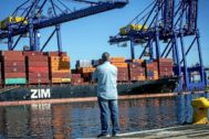 Un hombre observa una terminal de contenedores del Puerto de Valencia.
