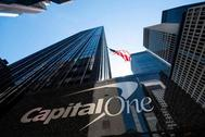 Una bandera de los Estados Unidos ondea sobre las oficinas centrales de Capital One Bank en la ciudad de Nueva York.