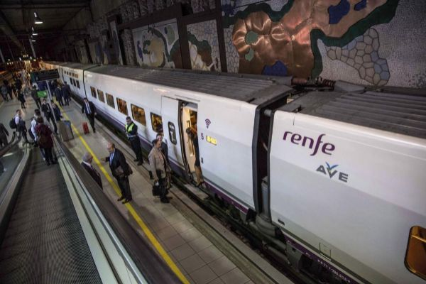 Huelga de Renfe. Pasajeros en un tren de Alta Velocidad