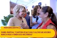 Mila Ximénez e Isabel Pantoja en su encuentro en Sálvame en Telecinco, en el que se abrazaron y pusieron fin a su guerra