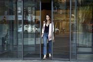 Andrea Levy sale de la sede nacional del PP en la calle Génova de Madrid.