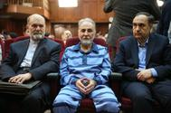 Tehran (Iran (islamic Republic Of)), 13/07/2019.- former mayor of Tehran Mohammad Ali Najafi (C) sits with his lawyers during a hearing session of his trial at a court in Tehran, Iran, 13 July 2019 (issued 30 July 2019). According to reports, Najfi on 30 July was sentenced to death for killing his wife, a verdict that can still be appealed within 20 days. Najafi confessed of murdering his second wife Mitra Ostad on 28 May 2019. (<HIT>Teherán</HIT>) EPA/