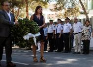 El alcalde de Calvià, Alfonso Rodríguez, y la presidenta Francina Armengol portan una corona de flores en el homenaje.