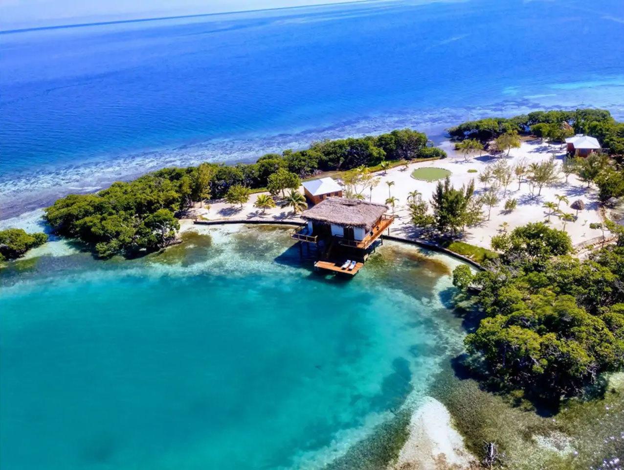 El azul más profundo de la foto es el Caribe y las aguas más...