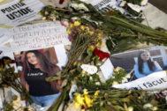 Fotos y flores en recuerdo de Alexandra, la joven de 15 años violada y asesinada en Rumanía.