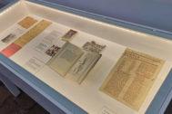 Vitrina con documento originales ligados a la memoria del poeta.