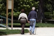 Pareja de ancianos paseando por un parque
