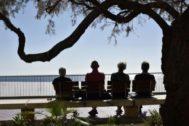 Un grupo de ancianos sentado en un banco en el paseo de Poniente de Benidorm, en imagen de archivo.