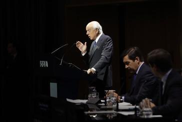 El ex presidente del BBVA <HIT>Francisco</HIT> <HIT>González</HIT>, y el entonces consejero delegado Carlos Torres Vila (c) , durante la presentación de resultados del ejercicio 2017.