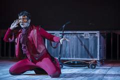 Actor interpretando 'Crimen y Telón' de la compañia de teatro Ron Lalá