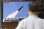Varios surcoreanos observan en televisión un lanzamiento norcoreano.