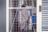captura de pantalla tomada de un video muestra a un hombre sospechoso de empujar a un niño de 8 años y a su madre frente a un tren en la estación de trenes de Frankfurt, Alemania, siendo conducido al juez de instrucción en el tribunal de distrito de Frankfurt am Main.