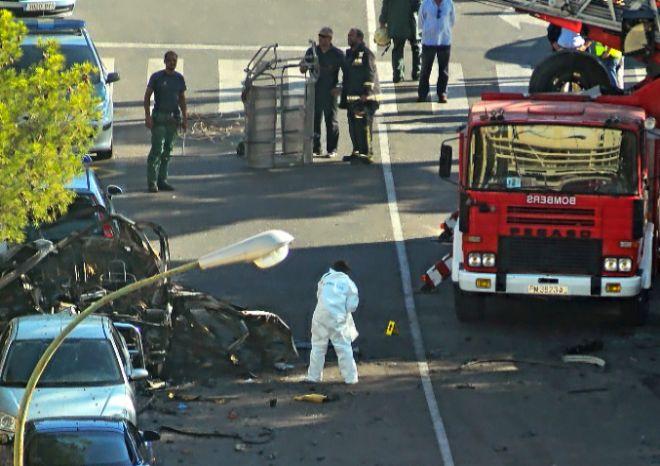 La policía científica instantes después de la explosión del Nissan Patrol.