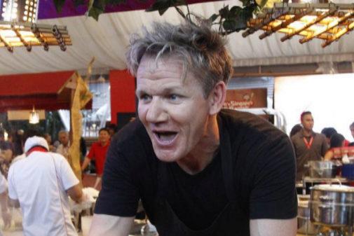 El famoso chef británico Gordon Ramsay sirve su plato durante un...