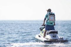 Un repartidor de Deliveroo en moto de agua