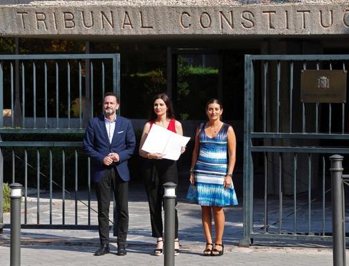 La portavoz de Cs, Lorena Roldán (centro), junto a los diputados...