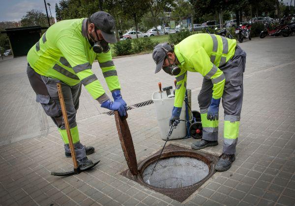 Dos operarios de Lokímica aplican el producto en una alcantarilla.