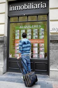 Un joven observa las ofertas de alquiler de vivienda.
