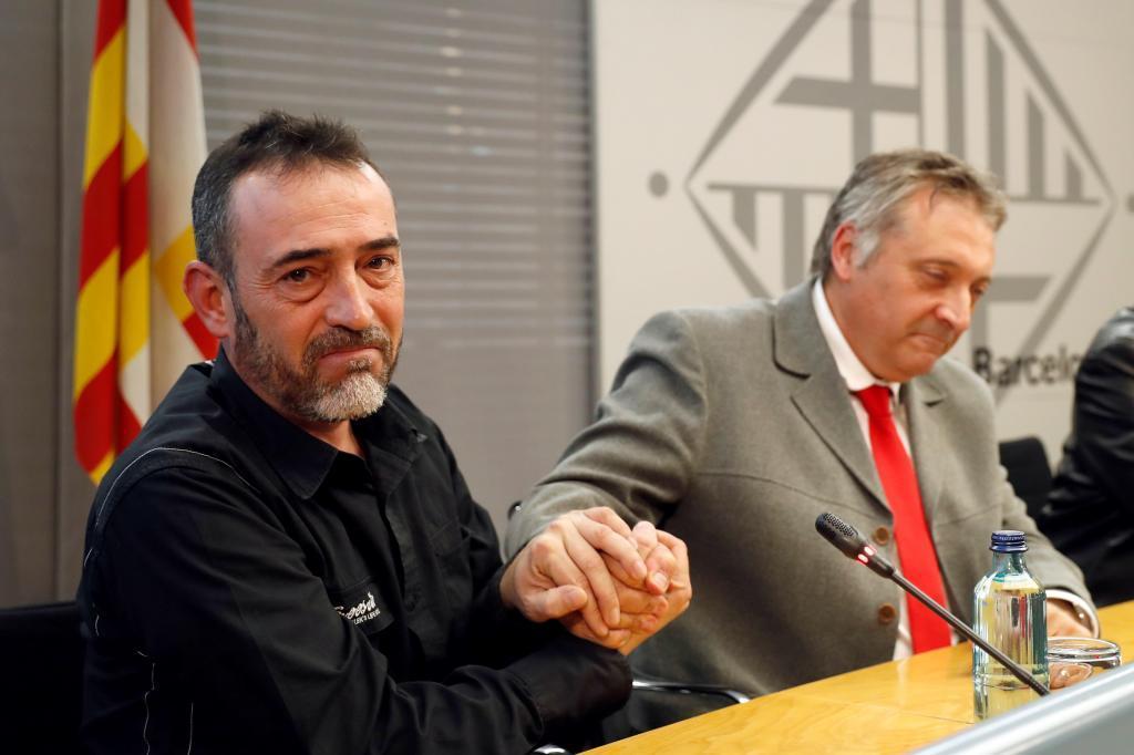 El asesor de la Unidad de Atención y Valoración a afectados por Terrorismo (UAVAT), Robert Manrique (d), saluda a Javier Martínez, padre de Xavi, el niño de Rubí fallecido en el atentado del 17-A, en una foto de archivo