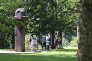 Visitantes en los alrededores del Museo Chillida Leku.