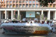 Manifestantes protestan frente al Ministerio de Sanidad, Consumo y Bienestar Social.