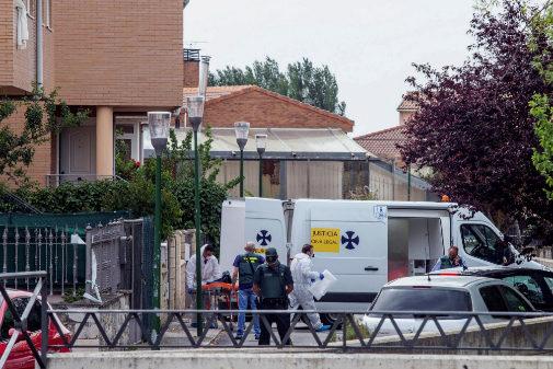 Agentes de la Guardia Civil acuden al domicilio donde han ocurrido los...