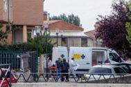 Agentes de la Guardia Civil acuden al domicilio donde han ocurrido los hechos.