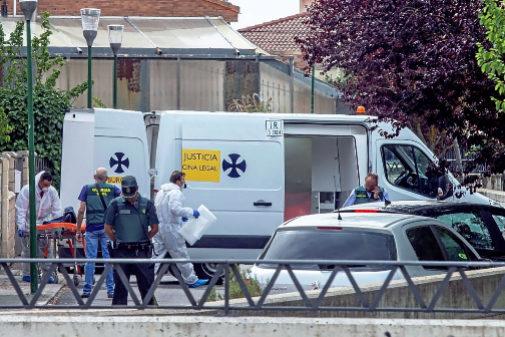 Agentes de la Guardia Civil acuden al domicilio donde un hombre ha...