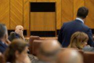 Javier Imbroda escucha al portavoz adjunto de Ciudadanos, Francisco José Carrillo, en un pleno del Parlamento de Andalucía