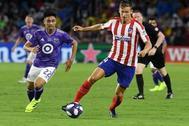 Marcos Llorente (d), del Atlético de Madrid, y Gonzalo Martínez (i) del equipo de las estrellas de fútbol de la MLS, en un amistoso en Orlando, EEUU