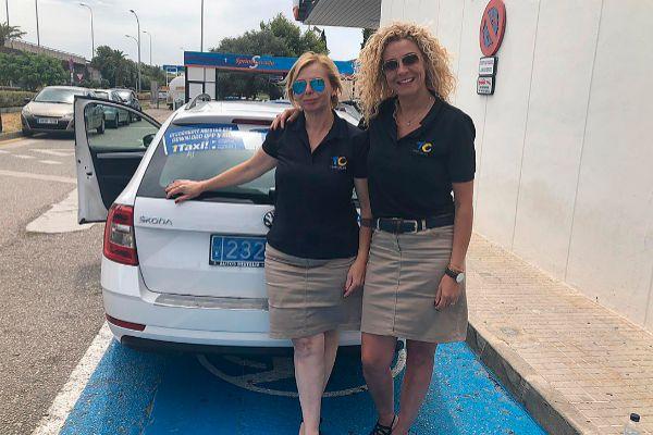 Dos taxistas de la Agrupación de Taxis de Calvià, con el uniforme reglamentario.