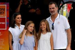 Los Reyes y sus hijas en el Club Náutico de Palma