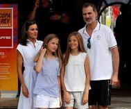 Los Reyes y sus hijas en el Club Náutico de Palma.