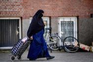 Una mujer con niqab pasea por una calle de Rotterdam.