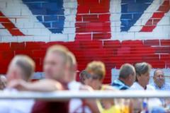 Turistas británicos en una terraza de la 'zona guiri' de Benidorm