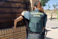 Una agente de la Guardia Civil, en una detención.