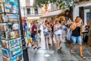 Turistas paseando por las calles del centro de Palma este verano.