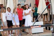 Doña Letizia y las infantas, durante la visita al RCNP.