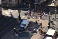 La furgoneta utilizada para atropellar a los viandantes en la Rambla.