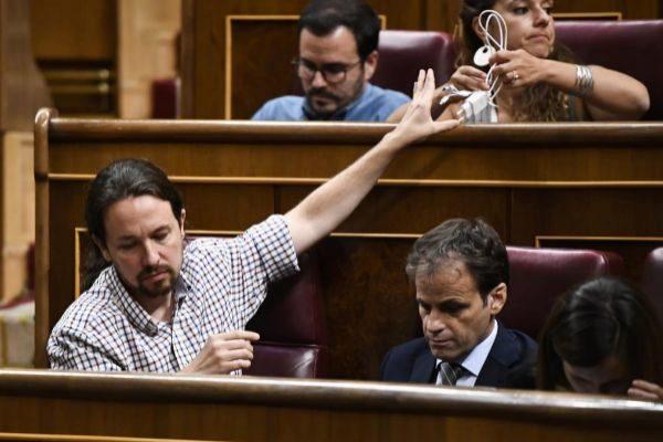 Pablo Iglesias, durante la sesión de investidura de Pedro Sánchez en...