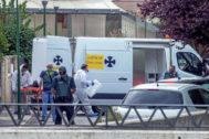 Agentes de la Guardia Civil acuden al domicilio donde un hombre ha matado a su mujer, en Villagonzalo Pedernales (Burgos).