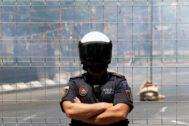 Un agente de la Policía Local vigila el perímetro de la 'mascletà' que se lanza desde la Fuente de Luceros en Hogueras, en imagen de archivo.