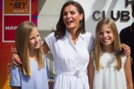 La Reina Letizia, junto a la princesa Leonor y la infanta Sofía en el Club Náutico de Palma.