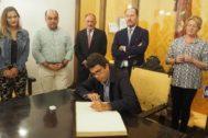 El presidente de la Diputación, Carlos Mazón, firma en el Libro de Honor en el Ayuntamiento de Orihuela.