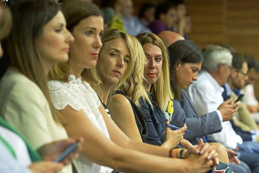 Cayetana Álvarez de Toledo, con otros asistentes al pleno de...