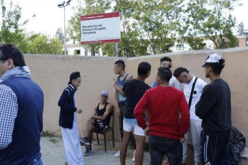 Un grupo de 'menas' frente al centro de menores de Hortaleza.