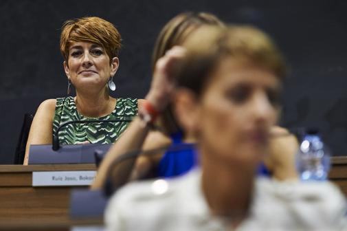 La portavoz de EH Bildu, Bakartxo Ruiz, observa a la candidata...